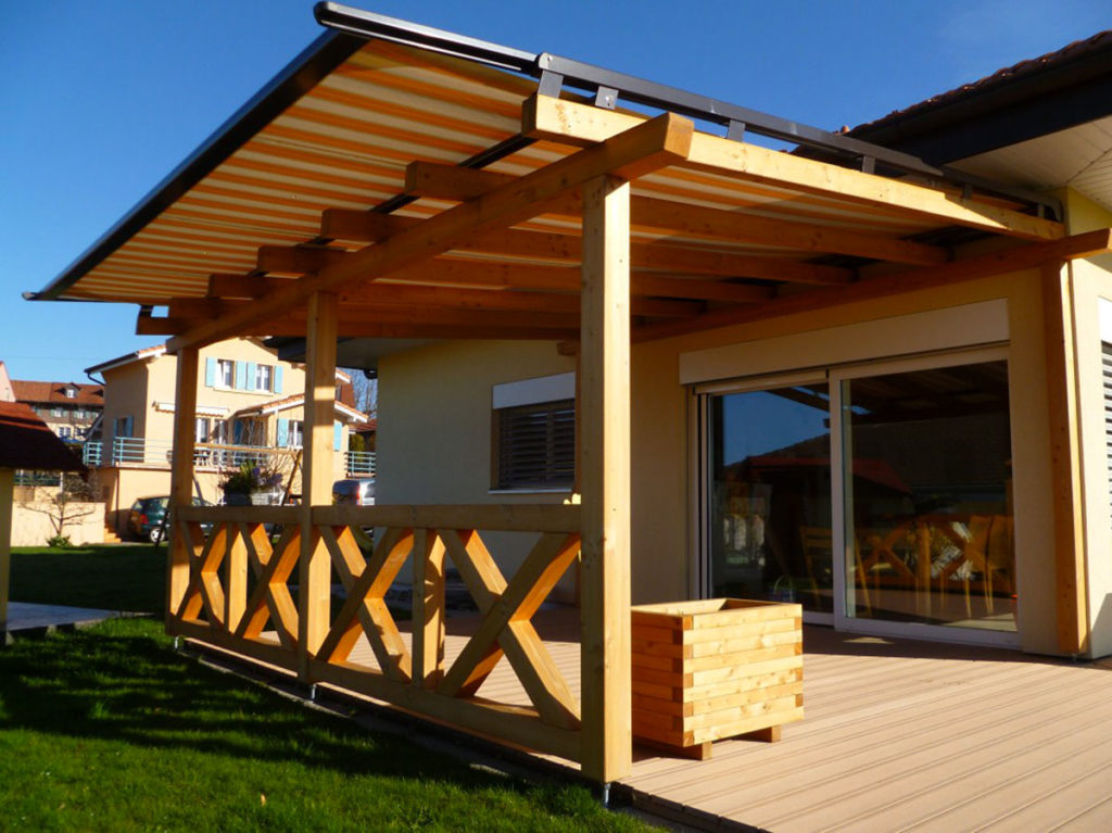 Picture of: Pergola Avec Terrasse Bois Forexia Store Toile Et Store Coupe Vent Lateral David Giller